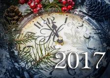 Stillleben des neuen Jahres zwei tausend und siebzehn Alte Uhr auf Schnee Lizenzfreies Stockfoto