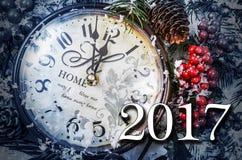 Stillleben des neuen Jahres zwei tausend und siebzehn Alte Uhr auf Schnee Lizenzfreies Stockbild
