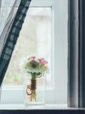 Stillleben ein Blumenstrauß von Primeln auf dem Fensterbrett Lizenzfreies Stockbild