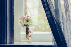 Stillleben ein Blumenstrauß von Primeln auf dem Fensterbrett im Bauernhaus Stockbild