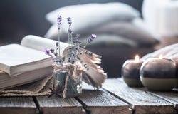 Stillleben ein Buch und eine Kerze auf einem Holztisch lizenzfreie stockbilder