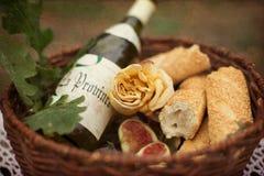 Stillleben einer Flasche Weins und stieg Lizenzfreie Stockbilder