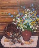 Stillleben eines Korbes der Pilze und der wilden Blumen Ursprüngliches Ölgemälde auf Segeltuch stock abbildung