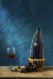 Stillleben-Fotografie mit altem Rotwein Stockbilder