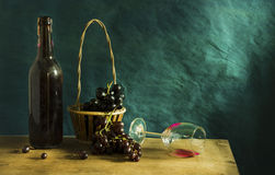 Stillleben-Fotografie mit altem Rotwein Stockfotografie
