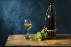 Stillleben-Fotografie mit altem Weißwein Stockfotos