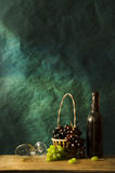 Stillleben-Fotografie mit altem Weißwein Stockbild