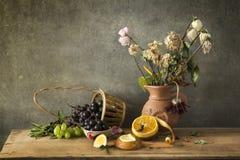 Stillleben-Fotografie von friute und von Blume Lizenzfreie Stockbilder