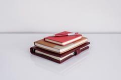 Stillleben, Geschäft, Bildungskonzept Stift mit Notizbuch auf a Lizenzfreie Stockbilder