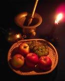 Stillleben mit Äpfeln und Trauben Stockfotos