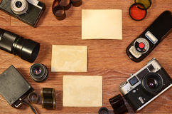Stillleben mit alter Fotografieausrüstung Stockfotos