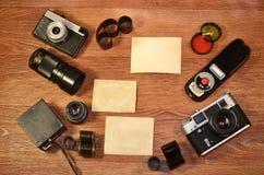 Stillleben mit alter Fotografieausrüstung Lizenzfreie Stockfotos