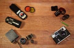 Stillleben mit alter Fotografieausrüstung Stockfoto