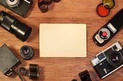 Stillleben mit alter Fotografieausrüstung Stockbilder