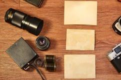 Stillleben mit alter Fotografieausrüstung Lizenzfreie Stockbilder