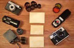 Stillleben mit alter Fotografieausrüstung Stockbild