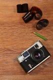 Stillleben mit alter Fotografieausrüstung Stockfotografie