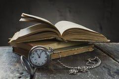 Stillleben mit alter Taschenuhr und -büchern Stockfotografie