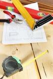 Stillleben mit Arbeitsgeräten auf dem Werktisch Lizenzfreie Stockfotografie