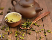Stillleben mit asiatischem Teesatz und rohen Teeblättern 1 Stockbilder