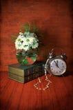 Stillleben mit Blumen, Büchern und Uhr Stockfotografie