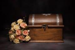 Stillleben mit Blumenblumenstrauß und dem Kasten Lizenzfreie Stockbilder