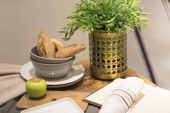 Stillleben mit Brötchen, Apple, eine Blume auf dem Tisch Stockfotos