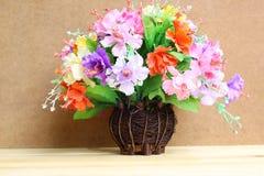 Stillleben mit buntem Blumenbündel im hölzernen Vase auf Holztisch Lizenzfreies Stockbild