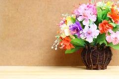 Stillleben mit buntem Blumenbündel im hölzernen Vase auf Holztisch und Kopienraum Lizenzfreies Stockfoto