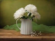 Stillleben mit Chrysanthemeblumen lizenzfreie stockbilder