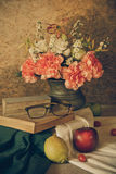 Stillleben mit den Gläsern, die auf einem Buch stillstehen Stockfoto