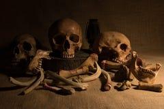 Stillleben mit den Schädeln und den Knochen Lizenzfreies Stockfoto