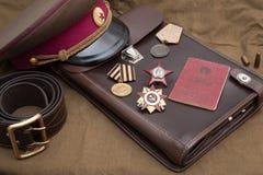 Stillleben mit den Weinlesegegenständen eingeweiht Victory Day Medaillen und Bestellungen des großen patriotischen Krieges Stockbilder