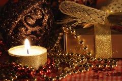 Stillleben mit der Kerze und dem Geschenk. lizenzfreie stockfotografie