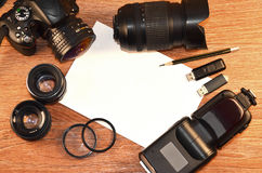 Stillleben mit digitaler photocamera Ausrüstung Stockbilder