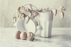 Stillleben mit Eiern und einer weißen Schale stockfotos