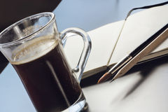 Stillleben mit einem Glas Kaffee, das Notizbuch des Künstlers Lizenzfreies Stockbild
