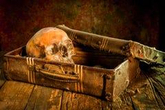 Stillleben mit einem menschlichen Schädel mit alter Schatztruhe und Gold, Diamant und Schmuck Stockfotografie