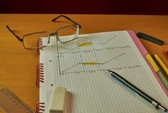 Stillleben mit einem Notizbuch, Stift, Machthaber, Gläser, Bleistifte Stockfotografie