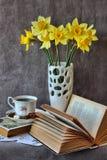Stillleben mit einem offenen Buch Stockbild