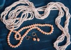 Stillleben mit einem Perlenschmuck Stockbilder