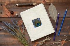 Stillleben mit einem Tagebuch und Bleistiften Stockfotografie