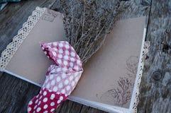Stillleben mit einem Weinlesenotizbuch und einem Blumenstrauß von trockenen Blumen stockfotos