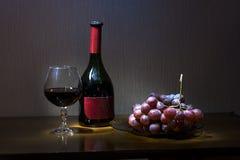 Stillleben mit einer Weinflasche Stockfotos