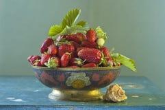 Stillleben mit Erdbeere stockfotografie
