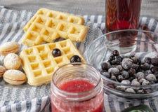 Stillleben mit Erdbeermarmelade auf einer Tabelle mit Plätzchen in einer Schüssel- und Korinthenfrucht stockfotos