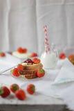 Stillleben mit Erdbeermarmelade und frischen Erdbeeren Lizenzfreies Stockbild