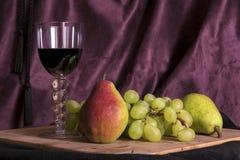 Stillleben mit Früchten auf Holz stockbild