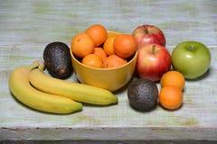 Stillleben mit Früchten und Avocados Lizenzfreies Stockfoto