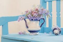 Stillleben mit Frühlingsblumen Stockbild